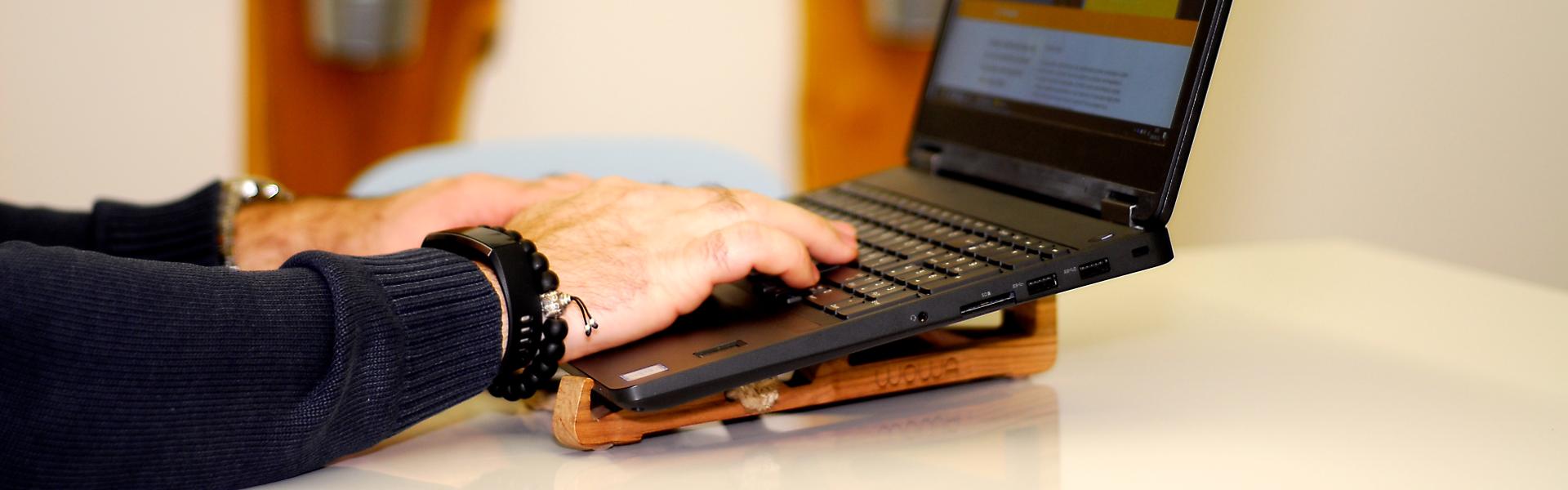 Wowa fa laptoptartó